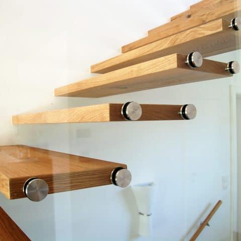 Freie Stufen aus Holz mit Glasverkleidung